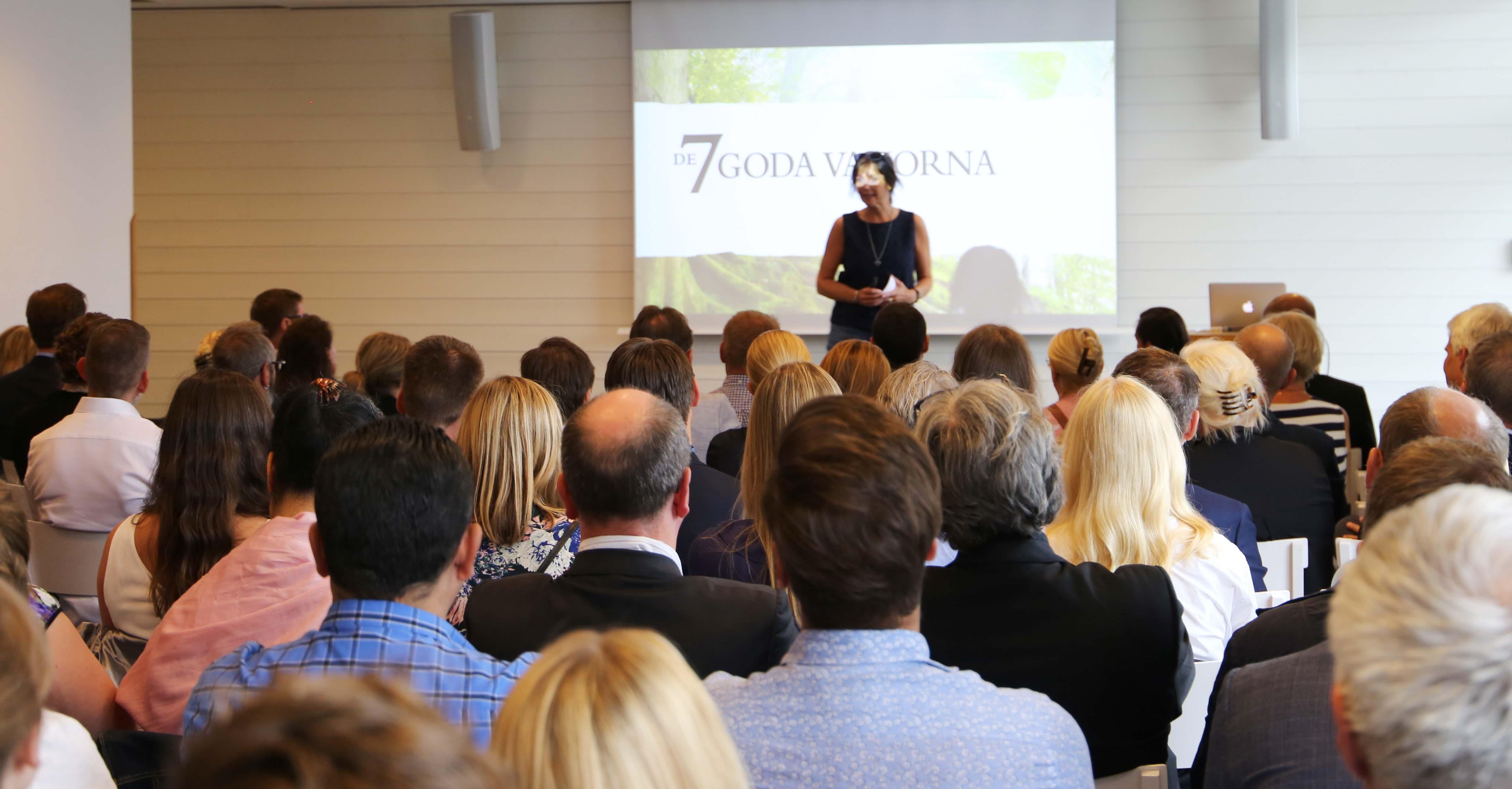 En föreläsning inför en större grupp människor om de 7 goda vanorna.