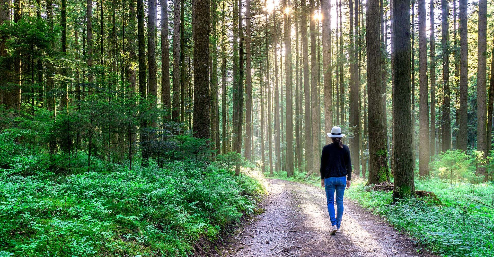 Kvinna promenerar ute i naturen.